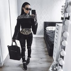 "41.1 mil Me gusta, 131 comentarios - Monami Frost (@monamifrost) en Instagram: ""who wants an outfits video??? ✨ Shades @crapeyewear Top @asos Jeans @parisian_wholesale Bag…"""