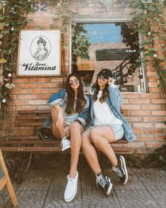 How cool are you and your bff? Friend Poses Photography, Senior Photography, Cute Friend Pictures, Friend Photos, Friend Picture Poses, Friendship Photoshoot, Best Friend Poses, Poses With Friends, Bff Poses