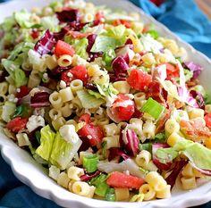 Svěží zeleninový salát se sýrem a těstovinami. Lehký oběd, který zasytí a nebudete se cítit těžko.