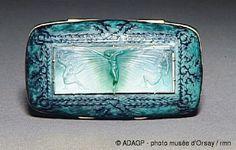 René Lalique (1860-1945). Bonbonnière. 1908. Or, émail à deux couches gravé, plaque de verre moulé et gravé sur le revers. Musée d'Orsay - Paris - France