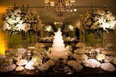 Decoração da mesa do bolo com flores brancas - Casamento Maria Claudia Vilela e Alberto Monnerat