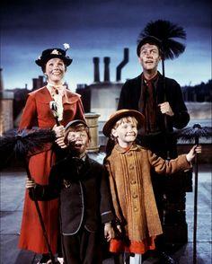 Still of Julie Andrews, Dick Van Dyke, Karen Dotrice and Matthew Garber in Mary Poppins Mary Poppins 1964, Mary Poppins Movie, Julie Andrews Mary Poppins, Mary Poppins Costume, Disney Pixar, Walt Disney, Disney Films, Disney Love, Michael Myers