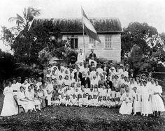 Op 21 juni 1845 komt het eerste schip met Groningse boeren immigranten binnen in Suriname, de Susanna Maria.. Groep Nederlandse kolonisten op de boerderij van de heer van Brussel ter gelegenheid van het herdenkingsfeest op 21 juni 1920  File:Tropenmuseum Royal Tropical Institute Objectnumber 10019010