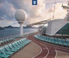 """#royalfun A bordo dos navios da Royal Caribbean você só precisa dar uma pausa no """"projeto verão"""" se quiser! São muitas opções pra quem adora se exercitar, entre elas a pista de corrida, disponível em todos os navios da companhia! Clique na imagem e confira!"""