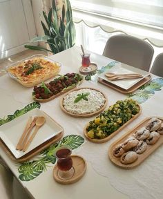 Breakfast table spread families 41 ideas for 2019 Diner Table, Cocina Shabby Chic, Breakfast Platter, Turkish Breakfast, Le Diner, Food Platters, Food Decoration, Food Goals, Food Menu
