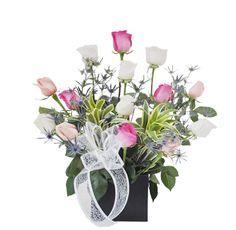 Arreglo Floral Fiesta - $120.000 [15 Rosas surtidas (Blancas, Rosadas y Fucsias)  Cintillas - Rusco - Base de madera cubo. Moño y Tarjeta.]