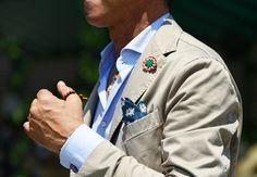 Tommy Ton's Do's and Don'ts of Street Style: Style: GQ  La gracia está en los detalles, los gemelos o mancuernillas con la bandera británica, el pañuelo en el bolsillo azul y blanco que armoniza con el tono de la camisa.