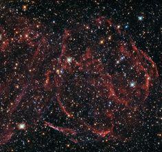 Una fotografia scattata dal telescopio spaziale Hubble mostra i resti di una stella morta molto tempo fa. Si tratta di scie di gas ionizzato che emettono ancora un debole bagliore, l'ultimo prodotto dell'immensa energia generata in una supernova di tipo Ia. Questi resti di una supernova chiamati DEM L316A si trovano nella Grande Nube di Magellano, una galassia satellite della Via Lattea, a circa 160.000 anni luce dalla Terra. Leggi i dettagli nell'articolo!