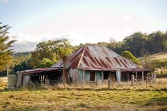 Tasmania. Abandoned Farm Houses, Old Farm Houses, Abandoned Places, Australian Sheds, Australian Homes, Timber Buildings, Old Buildings, Best Barns, Natural Homes