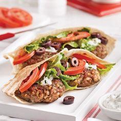 Pita burgers a la grecque Healthy Eating Tips, Healthy Nutrition, Vegetable Drinks, Wrap Sandwiches, Greek Recipes, Street Food, Snack Recipes, Good Food, Lasagna