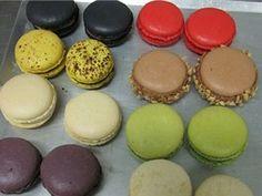Makronky se připravují v celé řadě příchutí – podle toho se přibarvují tak, aby... Meringue Kisses, Mini Cheesecakes, Macarons, Muffins, Pudding, Lunch, Candy, Food And Drink, Breakfast