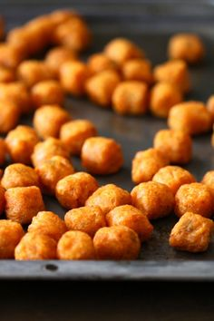 Sweet potato tater tots with sriracha aioli. Wonder if it can be made with fresh sweet potatoes rather than frozen Sweet Potato Tater Tots, Sriracha Aioli, Veggie Side Dishes, Sweet Potato Recipes, Delish, Food And Drink, Cooking Recipes, Yummy Food, Favorite Recipes