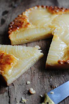 120 g de farine 30 g de poudre d'amandes 62 g de beurre en dès 65 g de sucre glace 30 g d'œuf  La crème d'amandes:  50 g de beurre mou 50 g de sucre 50 g de poudre d'amandes 35 g d'œuf 15 g de Maïzena Rhum (facultatif)  5 poires au sirop Amandes effilées Nappage
