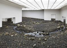 Via _roomonfire OLAFUR ELIASSON RIVERBED – For his first solo exhibition at Denmark's Louisiana Museum of Modern Art, Danish-Icelandic artist Olafur Eliasson filled an entire wing with a landscape of stones to emulate a riverbed. Land Art, Earth Room, Museum Of Modern Art, Art Museum, Studio Olafur Eliasson, Icelandic Artists, Art Occidental, Louisiana Museum, Louisiana Art
