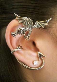 Deze draak als oor accessoire is heel gedetailleerd gemaakt, je ziet elk klein onderdeel zitten.