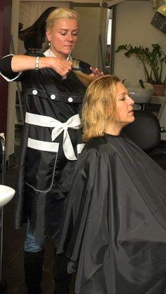 Beim Friseur Umhang Friseuse im Kittel