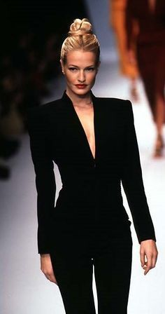 Karen Mulder Herve Carrie Fiter // fashion aesthetic hairstyles outfits outfit inspiration inspiration fashion outfits - Elizabeth B. Fashion 90s, Fashion Week, Look Fashion, Trendy Fashion, Runway Fashion, High Fashion, Fashion Show, Vintage Fashion, Fashion Outfits
