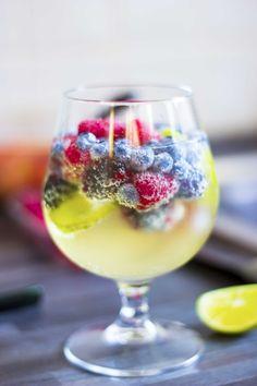 Sangria bianca ai frutti di bosco con crème de menthe, gin, lime e triple sec