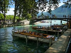 Lago Annecy in Francia, il lago che stregò Cezanne Promenade En Bateau, Annecy France, Lake Annecy, Destinations, Puzzle Of The Day, Alpine Lake, Canal Boat, National Geographic, Beautiful Places