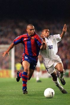 This Picture is Gooold. Two giants of the game: Ronaldo and Roberto Carlos. Barcelona and Real Madrid, Source: Fc Barcelona, Barcelona Football, Real Madrid Football Club, Retro Football, Sport Football, Best Football Players, Good Soccer Players, Cr7 Messi, Roberto Carlos