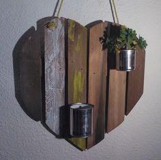 Présentoir tendance pour plante intérieur ou extérieur forme cœur en bois de palette recyclé peint et boites de conserve cache pot. Dimension 55 cm hauteur, 55 cm largeur envi - 16631015