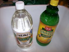 Natural Disinfecting Bathroom Cleaner: cup white vinegar cup lemon juice (reconstituted or strained fresh juice) 1 cup of warm water Mix ingredients and pour in a spray bottle. Cleaning Solutions, Cleaning Hacks, Cleaning Recipes, Cleaning Products, Lava, How To Whiten Clothes, Boating Tips, Aspirin, Laundry Hacks