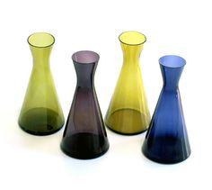 Pyörittäen puhallettua kirkasta tai värillistä lasia. 10, 20, 30 (kuvassa) ja 40 cl. Suunniteltu annoskarahviksi ravintolakäyttöön.