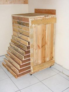 Pallet Shelves Projects Pallet Tool trolley / Servante dAtelier in pallet furniture with Pallets Furniture - 13 trays-drawers furniture to store tools and other screws, bolts etc… entirely made with recycled pallets! Pallet Organization Ideas, Pallet Storage, Pallet Shelves, Storage Ideas, Pallet Cabinet, Storage Hacks, Diy Storage, Closet Organization, Pallet Crafts
