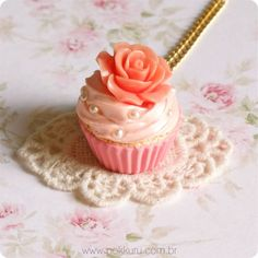 colar cupcake gourmet - pearl and flower cupcake charm necklace