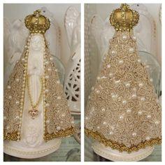 Nossa Senhora Aparecida, em gesso, com manto revestido manualmente com rendas e detalhes em pérolas, com 26 cm de altura.