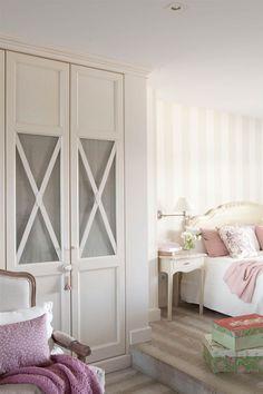 armario con puertas de cristal y O Closet Bedroom, Home Bedroom, Bedroom Decor, Bedrooms, My New Room, My Room, Cabinet Door Storage, Ikea Hack Storage, Home Interior Design
