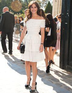 Leighton Meester con vestido blanco de escote barco con volantes de Christian Dior.