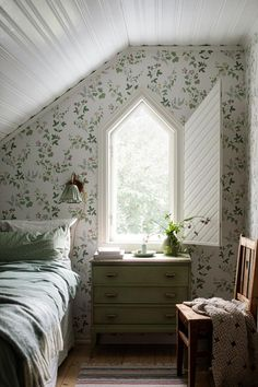 The magnificent floral pattern in our Midsummer Eve wallpaper is inspired by a Swedish folklore. Add some Scandinavian style to your home – order wallpaper samples online. Decor Room, Bedroom Decor, Home Decor, Wall Paper Bedroom, Flowery Wallpaper, Leaves Wallpaper, Wallpaper Samples, Bird Wallpaper, Wallpaper Ideas