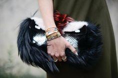 Gold Armbänder und auffallende Handtasche
