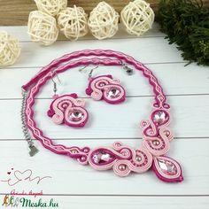 Rózsaszín elegancia sujtás nyaklánc karkötő fülbevaló szett esküvő alkalmi koszorúslány örömanya násznagy ünnepi elegáns (Arindaekszerek) - Meska.hu Crochet Necklace, Band, Accessories, Jewelry, Fashion, Elegant, Crochet Collar, Jewellery Making, Moda