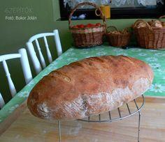 Hároméve csak ilyen kenyeret eszünk. Dagasztás nélkül készül. Van saját receptem, ami bevált - írja Olvasónk, Jolán. Köszönjük a receptet! Dagasztás nélküli kenyér Hozzávalók 1 kg kenyérliszt- BL80 (Szlovákiában T650) 7 dl langyos víz 1 csomag instant élesztő 2 kávéskanál só Elkészítés A kelesztőtálba beleöntjük a 7 dl vizet, hozzáadjuk az élesztőt, a sót, és elkavarjuk, hogy az élesztő kicsit szétolvadjon. Hozzáöntjük a lisztet, és addig keverjük, amíg szépen összeáll a kovász (1,5- 2… Food And Drink, Bread
