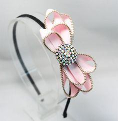 zipper bow Mayne Mayne Herndon, thought you would like this! Bow Hairband, Diy Headband, Ear Headbands, Zipper Jewelry, Diy Jewelry, Handmade Jewelry, Zipper Flowers, Fabric Flowers, Zipper Crafts
