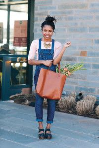 Sarah is out and about flower shopping at Whole Foods. She is adorably boho chic in her Free People denim washed overalls and Belmont leather clogs. Sarah is carrying the perfect Madewell Transport Tote and accessorizing beautifully with a necklace from Anthropologie.