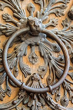 Архитектурноакустическая деталь на двери Нотр-Дам de Парижа