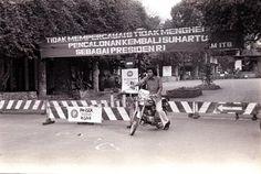 Mendung kelabu memeluk Bandung hari itu. Pada 6 Oktober 1970, Rene Louis Conrad, mahasiswa elektro ITB, tewas tertembus timah panas pihak Taruna Akpol 1970 di depan Gerbang Depan ITB Bandung.