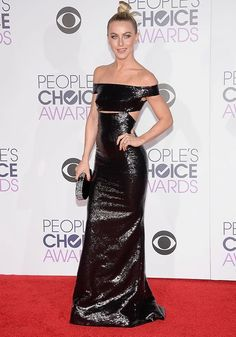 Look da atriz Julianne Hough no red carpet do People's Choice Awards 2016.