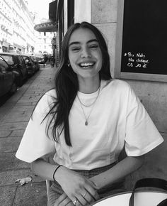 At you will find inspiration for poses and places where . Aesthetic Photo, Aesthetic Girl, Aesthetic People, Photographie Portrait Inspiration, Photo Portrait, Foto Casual, Black And White Aesthetic, Black And White Girl, Instagram Pose