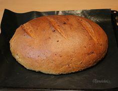 Niečo pre miľovníkov cibule. Chlieb z cibuľového cesta je rýchlo hotový, je chutný, mäkučký a voňavý. Cesto vymiesi pekárnička, potom už len vytvarovať bochník a rúra chlieb upečie. Takže žiadna ťažká práca, ale bohatá odmena. Chuť fritovanej, alebo opečenej cibule v chlebe je fantastická. Ak sa nechystáte na rande, natrite si krajec domácou masťou a posypte cibuľou :-) Bread, Food, Brot, Essen, Baking, Meals, Breads, Buns, Yemek