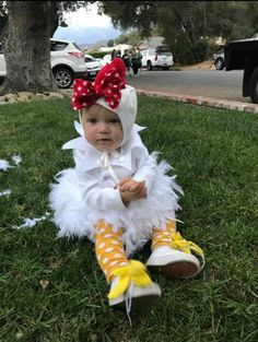 This chicken DIY baby Halloween costume is simply amazing! Check out the post for 100 creative costume ideas and awesome Halloween costume inspiration! Halloween Costume 2 Year Old, Diy Halloween Costumes For Girls, Toddler Girl Halloween, Baby Chicken Halloween Costume, Toddler Chicken Costume, Diy Baby Costumes, Zombie Costumes, Halloween Couples, Group Halloween