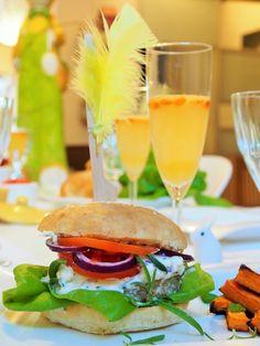 Peggyn pieni punainen keittiö: Rento pääsiäismenu (pääsiäisjuoma, lammashampurilaiset, bataattiranskalaiset sekä mango-passionjäätelö ja karamellisoidut mangot) #pääsiäinen #kruoka