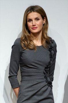 Princesa Letizia de España, vestido gris - sencillo pero elegante