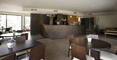 Il bancone bar della Lounge del Red's Hotel. Hotel, Bar, Lounge, Table, Furniture, Home Decor, Airport Lounge, Homemade Home Decor, Lounges