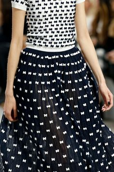 Chanel Spring 2014 Ready-to-Wear Fashion Show Details: See detail photos for Chanel Spring 2014 Ready-to-Wear collection. Look 137 Haute Couture Style, Couture Details, White Fashion, Love Fashion, Fashion Show, Net Fashion, Fashion Week, Runway Fashion, Womens Fashion