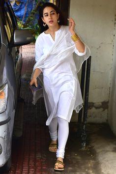 What Kareena Kapoor Khan and Sara Ali Khan wore on Pakistani Dress Design, Pakistani Dresses, Indian Dresses, Indian Outfits, White Salwar Suit, White Kurta, Indian Attire, Indian Wear, Kareena Kapoor Khan