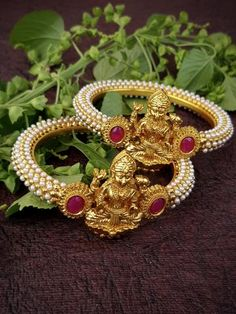 Gold Bangles For Women, Gold Bangles Design, Gold Jewellery Design, Hand Jewelry, India Jewelry, Jewelry Model, Jewelries, Antique Gold, Cottages